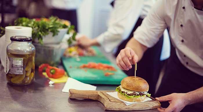Hamburguesa servida en un restaurante por un chef